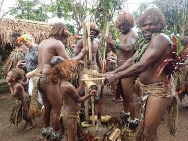 バヌアツ原住民の村で歓迎を受ける